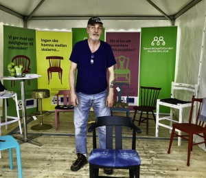 Erland  med unika stolar till politikerveckan på Järva
