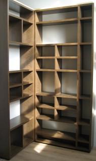 Platsbyggd bokhylla utan rygg i betsad ek