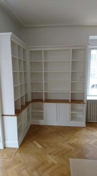 Platsbyggd bokhylla, vitlaserad, med ekskiva