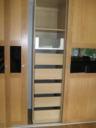 Garderob med skjutdörrar i ek och svart glas, utdragbara lådor