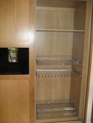 Garderob med skjutdörrar i ek och svart glas, skohylla och byxhängare