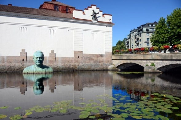 Skulpturen Bodhi i Viskan vid Västerbro. Copyright Borås kommun. Foto Sofia Carlenberg