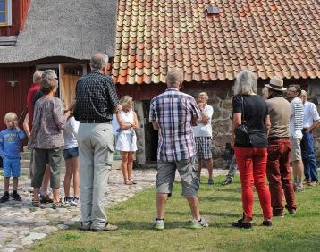 Visning av Vattenmöllan. Hasse Hansson (i mitten i vit T-shirt) berättar om föreningen och restaureringen av kvarnen. Klicka på bilden så blir den större. Foto Christer Wallentin
