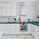 Köket renoverades år 2014 och går i en lantlig inredning som smälter perfekt ihop med övriga delar.