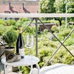 En halvtrappa ner finns en gemensam balkong som du kan utnyttja sa mycket du vill!