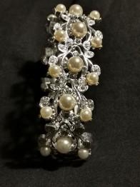 Armband med pärlor.