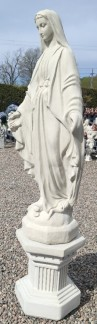 Maria På sockel -