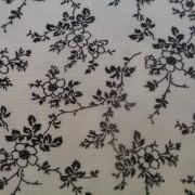 Bomullstyg vitt med svart blomma (Bare Essentials)
