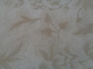 Bomullstyg beige blommönster (Midnight Clear)