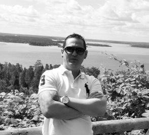 Raul är Stockholms snabbaste budkille, Robert di Niro lookalike från Kuba som aldrig säger nej när man ber honom om något Han kan ta sig genom stockholms rusningstrafik på 15 min från Norr till söder på två hjul om det skulle behövas. Kunden kommer alltid först för denna Kuban.