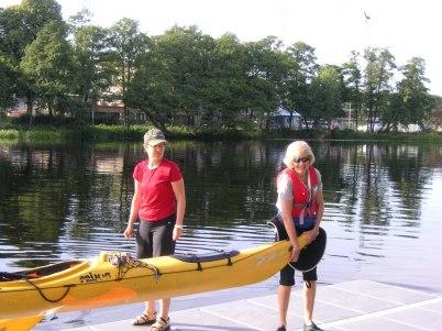 Eva och Helene bär upp kajaker efter en fantastisk paddeldag