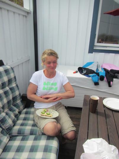 Vi blir inbjudna att sitta på hennes fina veranda