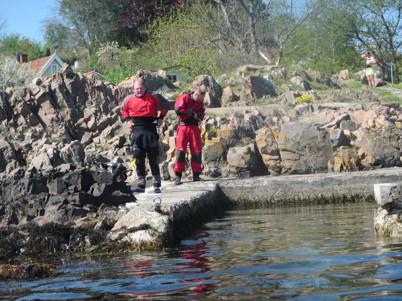 Efter tips från Erik Sjöstedt la vi i kajakerna vid Arilds badplats. Beslöt oss för torrdräkter. 12 grader i vattnet, 27 i luften och svettigt i torrdräkterna!