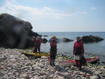 """Efter passage av Kullens fyr fick vi  rak motvind och insåg att vi behövde paus och mat. Hittade en strand med """"mjuka stenar""""."""