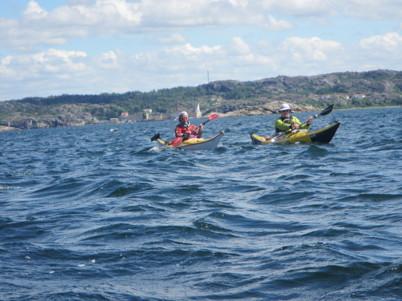 Paul H och Maria T stävar vidare i vågorna mot Gullholmen
