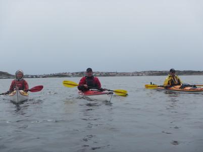 Maria T, Lars, Anders med Gullholmen i bakgrunden