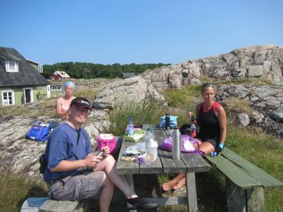 Efter överfart gjorde vi lunchstopp hos Gudrun (Tinas kompis). Vi fick sitta på hennes fina tomt och nyttja hennes gulliga dass.