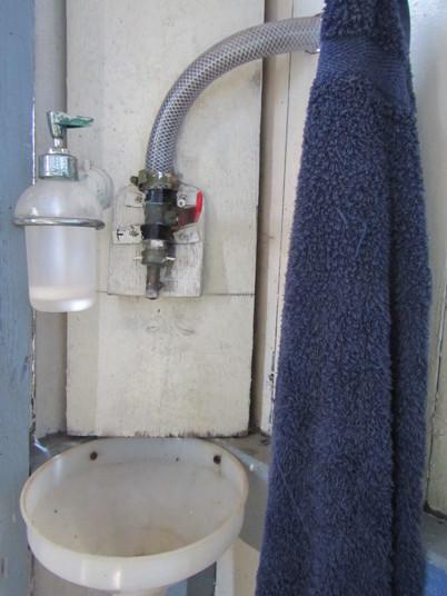 Handfat med rinnande vatten