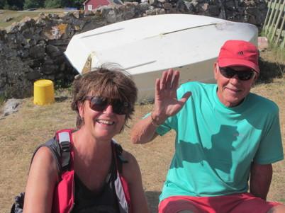 Tinas vän Gudrun lät oss fika i hennes trädgård. Tina och Jörgen