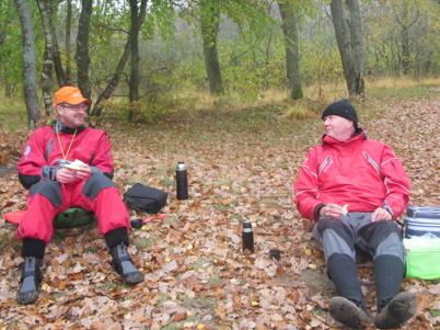 Lars och Anders vilar ut i sina fåtöljer