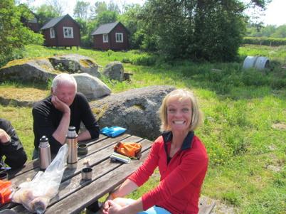 Kaffepaus på Tärnö. Anders i tankar, Maria är glad.