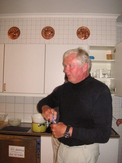 Kocken Anders föbereder kvällens goda gryta