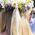 Sommar är att kunna gå med vackra blommor i håret Natale sölander