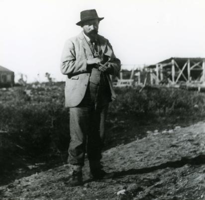 Hjalmar Lundbohm (1855-1926) som nyanställd platschef för LKAB i Luossajärvi, sommaren 1898. Foto: Okänd. 1898. Kiruna bildarkiv.