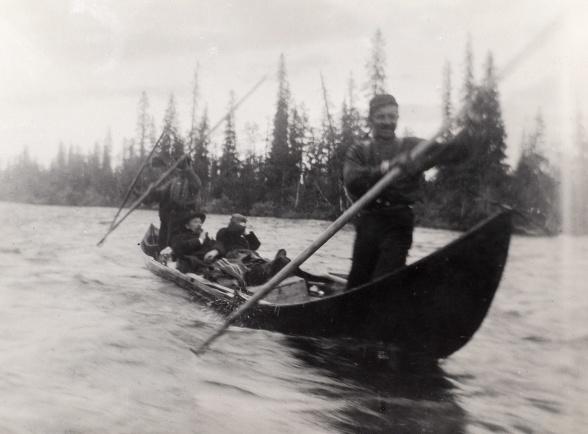 Hjalmar Lundbohm färdas på Torneälven i en traditionell älvbåt påväg till arbetet i Luossajärvi, sommaren 1890. Foto: Okänd. Bildägare: Kiruna bildarkiv.