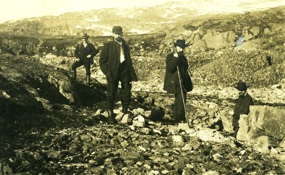 Hjalmar Lundbohm, andre person från höger, i Sjangeli sensommaren 1894. Foto: Okänd, Kiruna Bildarkiv.