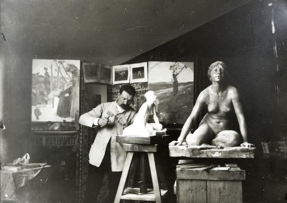 """Lundbohms nära vän Per Hasselberg i arbete med skulpturen """"Grodan"""" i sin ateljé.Foto: Hjalmar Lundbohm."""