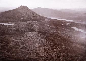"""Högsta toppen på Kiirunavaara, """"Statsrådstoppen"""".. Foto: Helge Bäckström 1896."""