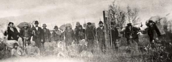 Uppfostrade bärare anlitade för undersökningsarbete kring Luossajärvi sommaren 1897. Notera de tre kvinnorna i bild, vilka även de bar materiel på samma villkor som männen. Foto: okänd. Nordiska musee