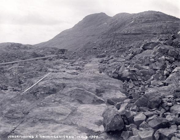 Ett omfattande jordavrymningsarbete inleddes på Kiirunavaaras sluttning. Foto: Borg Mesch 1900. Kiruna Bildarkiv.