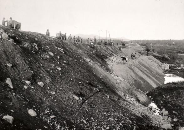 Arbete med banvall strax söder om Luossajärvi. I bakgrunden syns Kiirunavaara. Foto: Oscar Olsson. 1898. Bildägare: Nordiska museet.