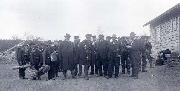Vattenkraftsutredningens arbetsresa till Rautas- och Torneälven, utanför B:2 sommaren 1900. Foto: Borg Mesch 1900. Kiruna kommuns bildsamling.