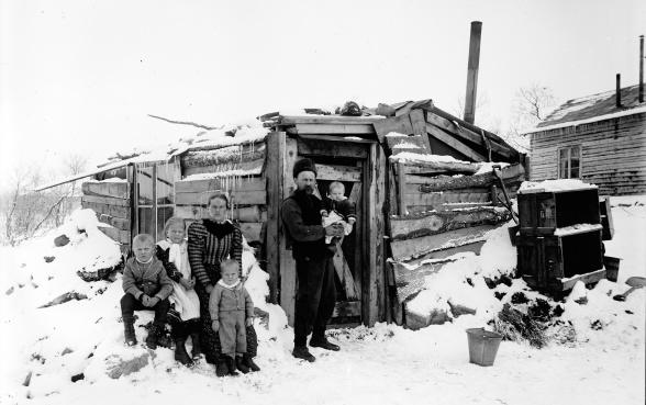 Familjen Ingeborg och Anders Söderberg, med samhällets förstfödda barn som fick namnet Kiruna. Foto: Borg Mesch. 1899. Kiruna bildsamling.