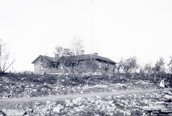 B:2 med den första utbyggnaden, innehållande matsal, sovrum med mera. Foto: Borg Mesch. 1901. Bildägare: Kiruna bildsamlingar.