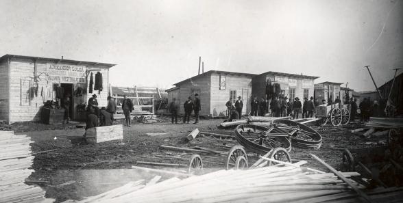 """Det handelscentrum i Kiruna, beläget på """"Rällstippen"""". Foto: Oscar Olsson. 1899. Bildägare: Nordiska Museet."""
