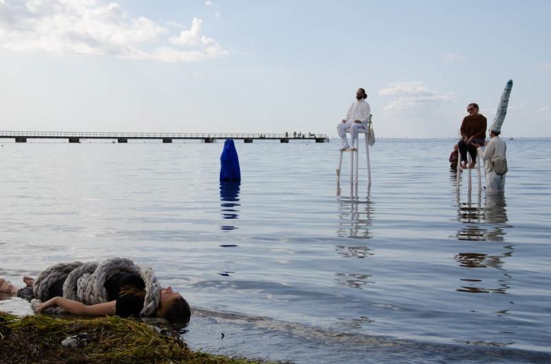 22/8 The Throne - Humans desire to own water, nature. Interactive performance with Erik Högström, Annou Nilson, Lisa Nyberg, Johan Haugen, Alicia DAilly, Felicia Konrad. Photo Noak Konrad Haguen