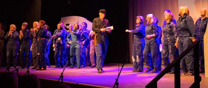 Kören på scen under föreställningen Motown på Kulturhuset i Halmstad 2015.