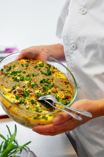 Vår ambition är att servera två vegetariska rätter varje vecka. Alla rätter ska vara tillagade med så stor andel närodlade och ekologiska råvaror som möjligt.