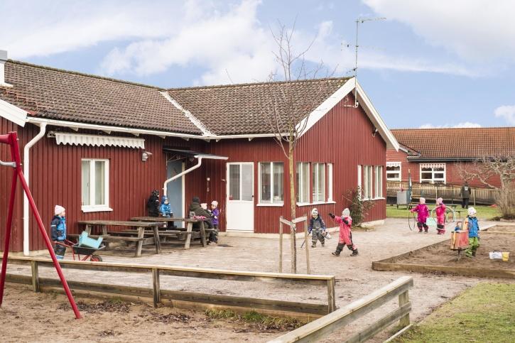 Kefas förskola ligger naturskönt i Lambohov, Linköping. Här har barnen en stor härlig gård att leka på!