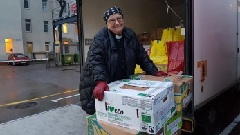 Walla med en av de välfyllda lastbilarna som körs till Litauen i december varje år. I lådorna finns förnödenheter, kläder, julklappar, hygienartiklar och textilier som påslakan. Walla har ett stort kontaktnät i Litauen som hjälper till med distribueringen.