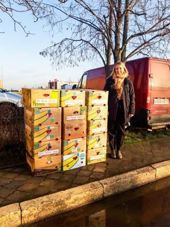 FVBUs director Therése Wallén utanför pojkfängelset där det är dags att dela ut julklapparna som samlats in av FVBUs givare.