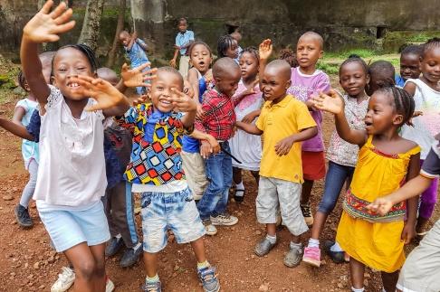 Lek och bus på FVBU:s förskola i Freetown, SL.