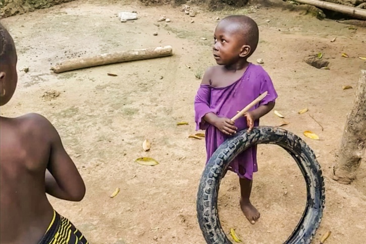 Enkla leksaker som däck och pinnar är vanliga bland barnen i Sierra Leone.
