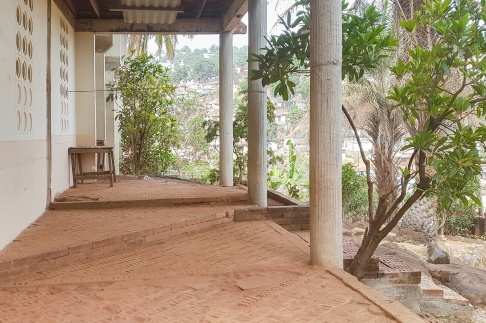Verandan på FVBU:s hus på Cantonment Road.
