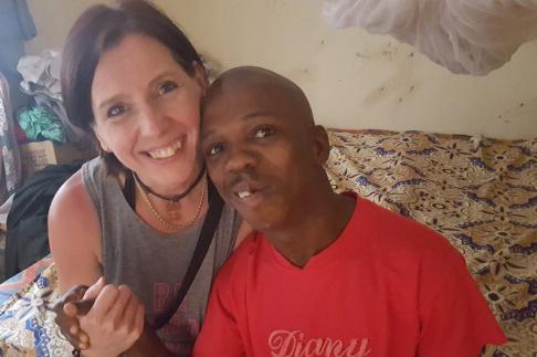 En nytagen bild på Nia Lindström från FVBUs styrelse och John, vid Nias senaste besök i Freetown, Sierra Leone.