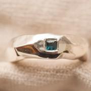 Silverring med caréfattning safir